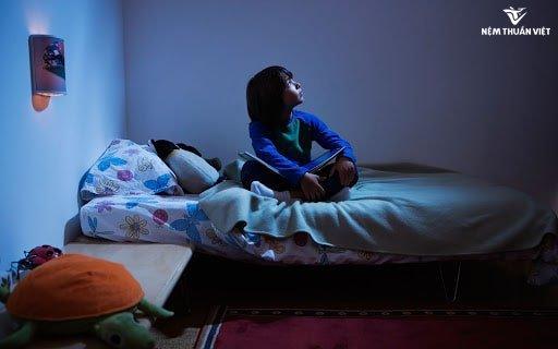 cách chữa mất ngủ về đêm đơn giản cho trẻ