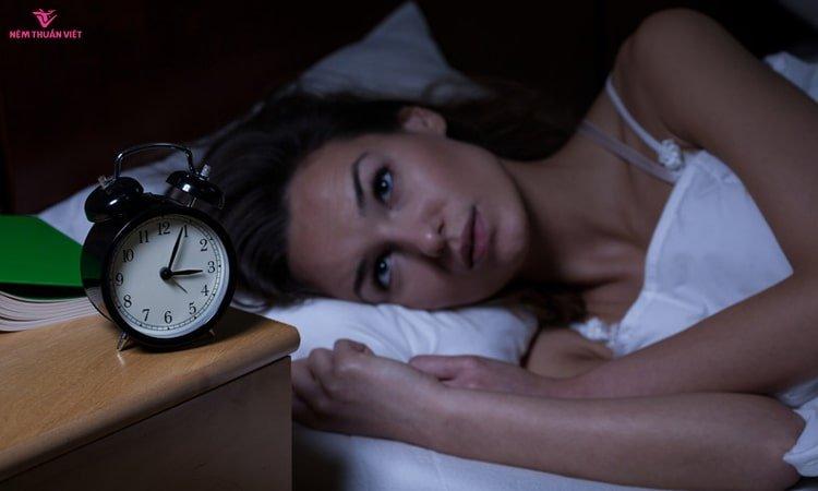có nên tập thể dục trước khi đi ngủ