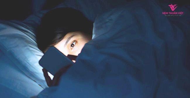 Tránh sử dụng thiết bị điện tử trên giường ngủ