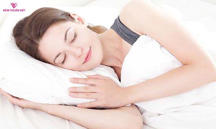 chữa mụn trứng cá bằng giấc ngủ tại nhà
